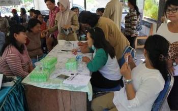 Warga Kelurahan Sei Gohong, Kecamatan Bukit Batu, Kota Palangka Raya, mengikuti sesi tanya jawab pada kegiatan penyuluhan deteksi dini penyakit tidak menular, Senin (24/7/2017).