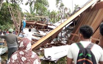 Proses evakuasi korban pascaruntuhnya bangunan sarang walet.