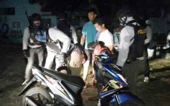 CRT Polres Kapuas yang dipimpin Iptu Memet saat menggerebek dua pemuda yang sedang mabuk zenith, Senin (24/7/2017) malam.