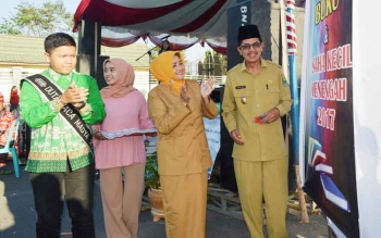 Wakil Bupati Kapuas Muhajirin didampingi Kepala Dinas Kearsipan dan Perpustakaan Hj Noor Apiati Muhajirin membuka Kapuas Book Fair, Senin (24/7/2017) sore.