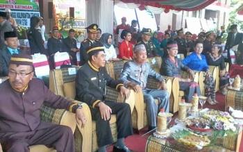 Plt Bupati Katingan Sakariyas bersama Asisten III Setda Provinsi Kalteng I Ketut Whidi Wirawan saat menghadiri peringatan HUT Katingan ke-15, Selasa (25/7/2017)