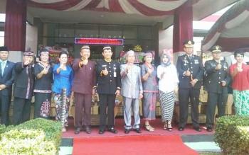 Plt Bupati Katingan Sakariyas bersama Asisten III Setda Provinsi Kalteng I Ketut Whidi dan sejumlah pejabat foto bersama usai apel peringatan HUT Katingan ke 15, Selasa (25/7/2017)