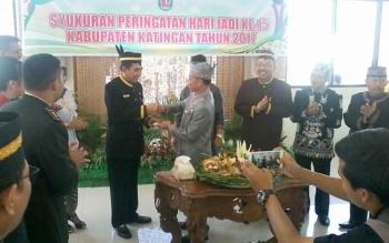 Plt Bupati Katingan Sakariyas memberikan tumpeng kepada Asisten III Setda Provinsi Kalteng I Ketut Whidi Wirawan pada syukuran peringatan HUT Katingan ke 15, Selasa (25/7/2017)