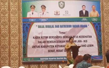 Asisten III Setda Kotim, Kartina Purba saat menyampaikan sambutan pada halal bi halal dan gathering badan usaha, yang digelar Kadin Kotim, Selasa (25/7/2017)