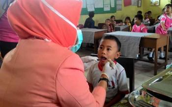 Pemeriksaan kesehatan di salah satu sekolah dasar di Kota Palangka Raya, beberapa waktu lalu.