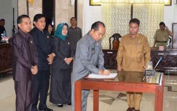 Bupati Kapuas Ben Brahim S Bahat menandatangani Raperda tentang Kedudukan Protokoler Keuangan yang di setujui oleh 7 fraksi pendukung Dewan usai sidang Paripurna ke 12 masa persidangan II, Selasa (25/7/2017).