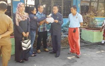 Sekretaris Komisi C DPRD Kota Palangka Raya Mukarramah (kiri berjilbab) saat meninjau SDN 4 Menteng yang terbakar akhir pekan lalu, Selasa (25/7/2017).