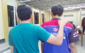 Anggota Satresnarkoba menggiring pengedar sabu bernama Dayat (kanan) menuju ruang tahanan Polres Palangka Raya, Selasa (25/7/2017).