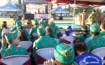 Ketua panitia Festival Budaya Penyang Hinje Simpei 2017, Ramsel, saat menyampaikan sambutan pada acara pembukaan, Selasa (25/7/2017).