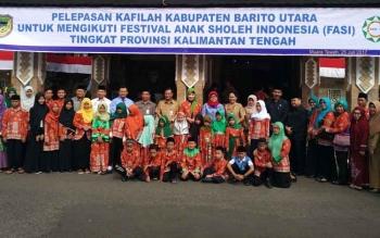 Ketua kontingen FASI Barito Utara Nety Herawati, Sekda Jainal Abidin, unsur pimpinan DPRD, serta kepala SOPD saat melepas kafilah FASI ke-10, Selasa (25/7/2017).
