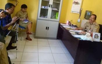 Kepala Dinas Pengendalian Penduduk dan KB Kabupaten Gunung Mas Isaskar (kanan) didampingi Kabid Pengendalian Penduduk Marthinie memberikan keterangan kepada wartawan, Selasa (25/7/2017).