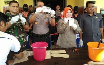 Bupati Kobar Nurhidayah menghadiri pemusnahan barang bukti narkoba jenis sabu di Mapolres Kobar, Selasa (25/7/2017).