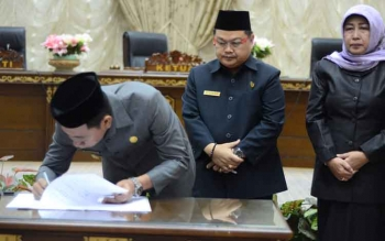 Bupati Barito Utara, H Nadalsyah didampingi ketua DPRD Barut, Set Enus Y Mebas, Wakil Ketia I Hj Merry Rukaini dan wakil ketua II H Acep Tion SH saat menandatangani nota kesepakatan.