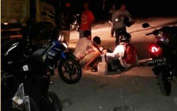 Sejumlah warga menolong pengendara yang mengalami kecelakaan di sekitar proyek box culvert Jalan Trans Kalimantan Km8