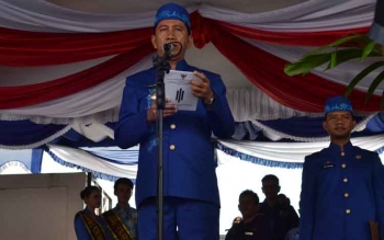 Bupati Nadlsyah menyampaikan sambutan Gubernur Kalimantan Tengah pada upacara peringatan HUT Kabupaten Barito Utara ke-67