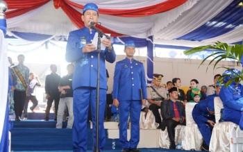 Bupati Nadalsyah membacakan sambutan Gubernur Kalimantan Tengah pada uparaca peringatan Hari Jadi Kabupaten Barito Utara ke-67, Rabu (26/7/2017)