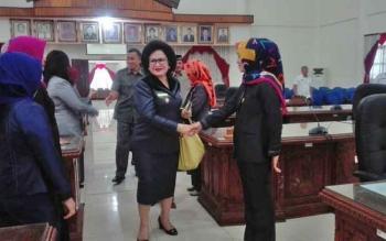 Wakil Bupati Barsel, Satya Titiek atyani Djoedir menyalami anggota dewan