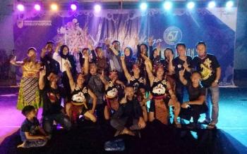 Anggota grup Sanggar Tari Tiong Gomba foto bersama seusai mengikuti lomba