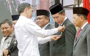 Bupati Barito Utara, Nadalsyah saat menerima penganugrahan tanda kehormatan Satya Lencana Pembangunan dari Presiden Joko Widodo