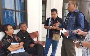 Penggugat Prof Dr Suandi Sidauruk didampingi kuasa hukumnya, Walden M Sihaloho, saat memberikan keterangan kepada wartawan di PTUN Palangka Raya, Rabu (26/7/2017).