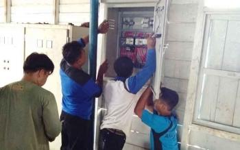 Sejumlah petugas PDAM Sampit melakukan perbaikan terhadap mesin untuk memperlancar pendistribusian air ke pelanggan.