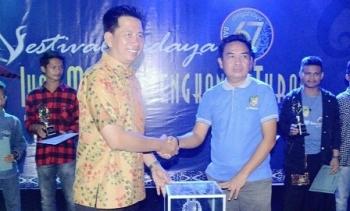 Bupati Barito Utara Nadalsyah (kiri) menyerahkan piala bergilir FBIMBT kepada Camat Teweh Tengah Everiady Noor, Rabu (26/7/2017).