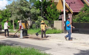 Sejumlah pekerja menambal lubang di jalan beraspal di Kota Palangka Raya, beberapa waktu lalu.