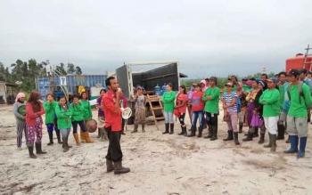 Tim Satgas Penyelamatan Orangutan PT IFP melakukan sosialisasi kepada karyawan, mitra kerja dan masyarakat mengenai flora dan fauna yang dilindungi dalam briefing pagi