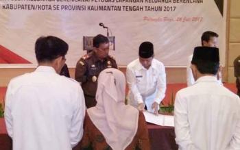 Walikota Palangka Raya Riban Satia menandatangani berkas pelimpahan status ASN ke BKKBN, Rabu (26/7/2017)