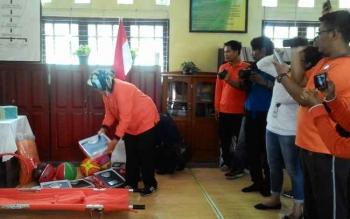 Kepala SDN 5 Menteng memperlihatkan barang-barang yang merupakan bantuan untuk memehuni keperluan ruang upaya kesehatan sekolah