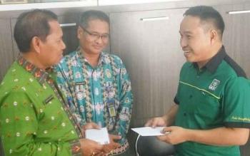Kepala Dinsos kobar Gusti Nur Aini menerima bantuan biaya keberangkatan penderita gangguan jiwa dari Mustafa Basir