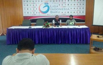 Pelatih Kepala Kalteng Putra, Kas Hartadi (kiri - depan) memberikan keterangan pers kepada wartawan.