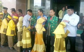 Plt Bupati Katingan Sakariyas menyalami puluhan anak-anak yang bakal mengikuti FASI tingkat Kalteng di Palangka Raya, Kamis (27/7/2017).