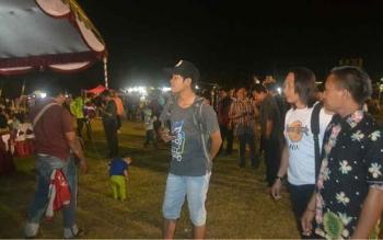 Ratusan warga Kasongan menyaksikan penutupan Festival Budaya Penyang Hinje Simpei di Lapangan Sport Center Kasongan, Kamis (27/7/2017) malam ini.