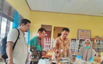 Kasi Pendidikan Madrasah Kemenag Kota Palangka Raya, Achmad Farichin (batik hijau) saat meninjau persiapan MAN Kota Palangka Raya mengikuti KSN tingkat nasional, Jumat (28/7/2017).