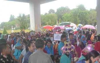 Sejumlah pelajar dan orangtua merangsek ke Kantor Bupati Katingan, usai hujan deras mengguyur pembukaan karnaval busana dalam rangka peringatan Hari Anak Nasional, Jumat (28/7/2017).