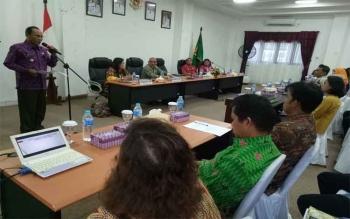 Bupati Gumas Arton S Dohong memberikan sambutan saat membuka diskusi LKD dan LAD di ruang rapat lantai I kantor Bupati Gunung Mas, Jumat (28/7/2017).