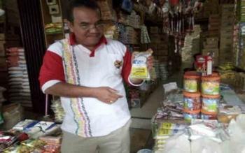 Kepala Dinas Perindustrian dan Perdagangan Kota Palangka Raya, Aratuni Djaban memperlihatkan garam merek Lumbung Garem yang masih tersedia di Pasar Besar, Jumat (28/7/2017)
