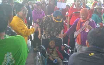 Sekda Katingan Nikodemus menyerahkan bantuan kursi roda kepada siswa penyandang disabilitas pada acara karnaval busana dalam rangka memperingati Hari Anak Nasional tahun 2017, Jumat (28/7/2017).