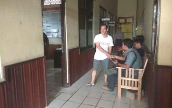 Sekdes Muara Tupuh EK (baju putih) saat menjalani pemeriksaan di Polres Murung Raya, Jumat (28/7/2017