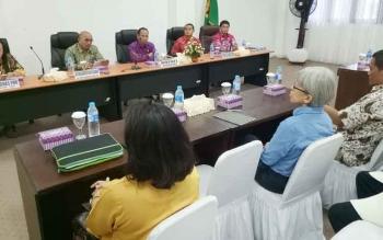 Bupati Gumas Arton S Dohong (tiga dari kiri) membuka acara Focus Group Discussion Lembaga Kemasyarakatan Adat dan Lembaga Adat Desa, Jumat (28/7/2017)