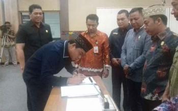 Ketua DPRD Kotim Jhon Krisli saat mengesahkan KUA PPAS 2018 di DPRD Kotim
