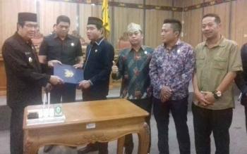 Ketua DPRD Kotim Jhon Krisli menyerahkan draf KUA PPAS kepada Wakil Bupati Kotim.