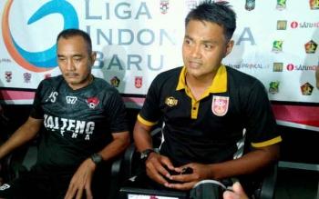 Pelatih PS Mojokerto, Redi Supriyanto (kanan) dan Asisten Pelatih Kalteng Putra, Parlin Siagian memberikan keterangan kepada wartawan usai laga.