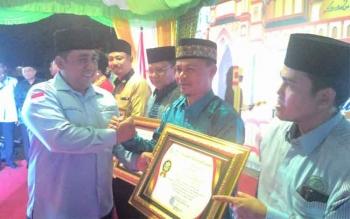 Ketua BKPRMI Murung Raya, Abdul Yuri menerima penghargaan dari BKPRMI Provinsi Kalteng saat pembukaan kegiatan FASI ke 10 tingkat Provinsi Kalteng di Palangka Raya, Jumat (28/7/2017) malam.