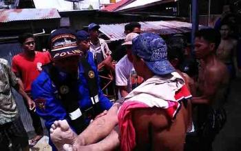 Polisi bersama warga mengevakuasi jenazah korban tenggelam di Sungai Barito.
