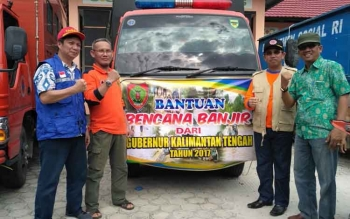 Kepala Dinsos, Kepala BPBD, dan Kepala Disdagperin Kalteng saat pemberangkatan bantuan Gubernur Kalteng untuk korban bencana banjir.