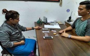 Kasat Narkoba Polres Kotim AKP Younals saat memeriksa tersangka sabu