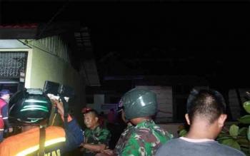 Bekas rumah penjaga sekolah yang terbakar (kanan) berdiri mepet dengan ruang kelas 1 A SDN 8 Palangka Raya