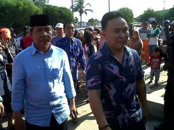 Gubernur Kalteng Sugianto Sabran (kanan), Wali Kota Palangka Raya Riban Satia berjalan menuju SDN 1 Menteng.